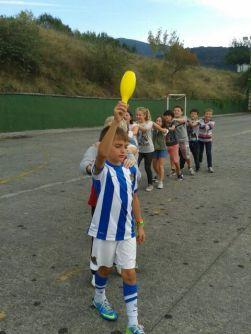 Varios niños de Koxkorrak 1 (5º EP) haciendo un juego en el colegio.