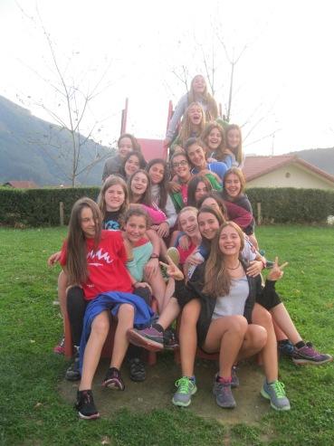 Un grupo de chicas de Bizkorrak 2 (2º ESO) en una salida al monte.