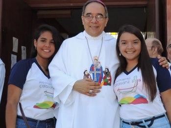Voluntarias de Caminantes con Mons. Luis Armando Tineo.