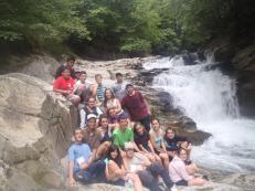 Compa e ikaskide disfrutando de uno de los sitios magicos en el corazón de la selva de Irati, la cascada del cubo